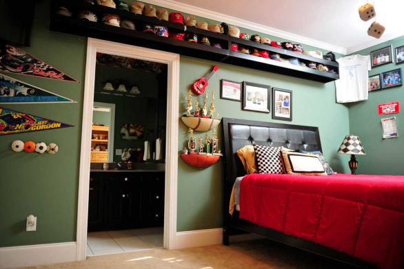 pennantdisplay8 Racing Bedroom Decorating Ideas on racing themed bedroom for boys, racing theme bedrooms, racing bedroom decor,